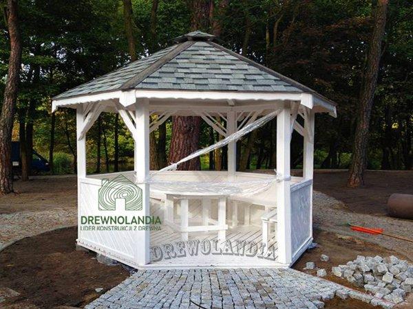 piękna biała altanka ogrodowa na nowej kostce brukowej