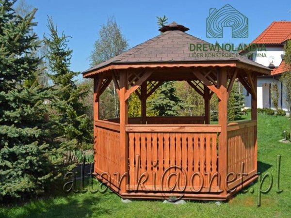 zabudowana szczebelkami altana ogrodowa