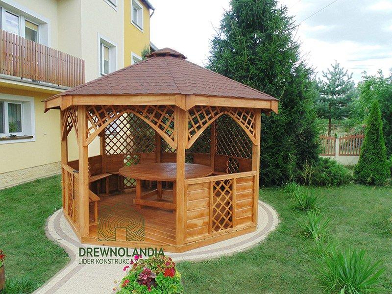 altana ogrodowa z okrągłym stołem i ławeczkami