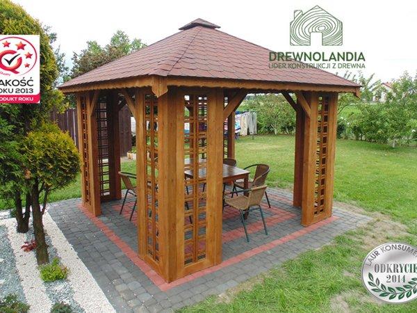 altana ogrodowa na kostce brukowej z bordowym dachem