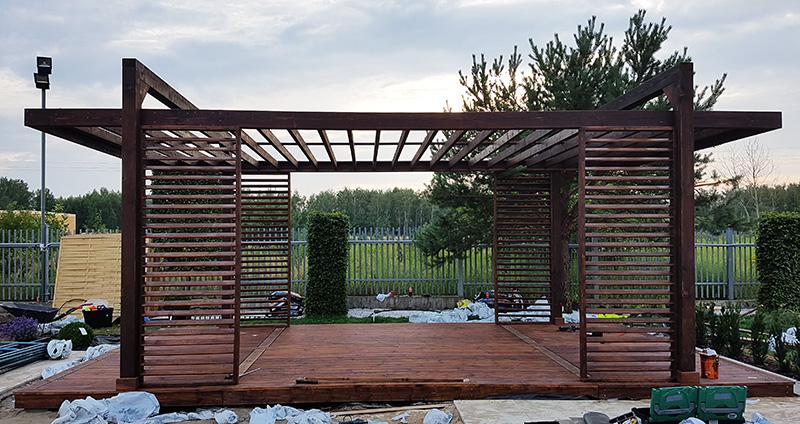 brązowa altana ogrodowa w trakcie budowy