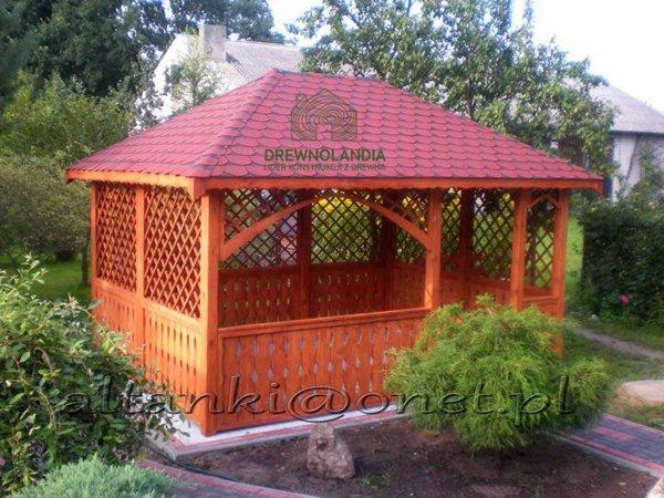 altana ogrodowa z bordowym dachem z chodnikiem wśród roślin