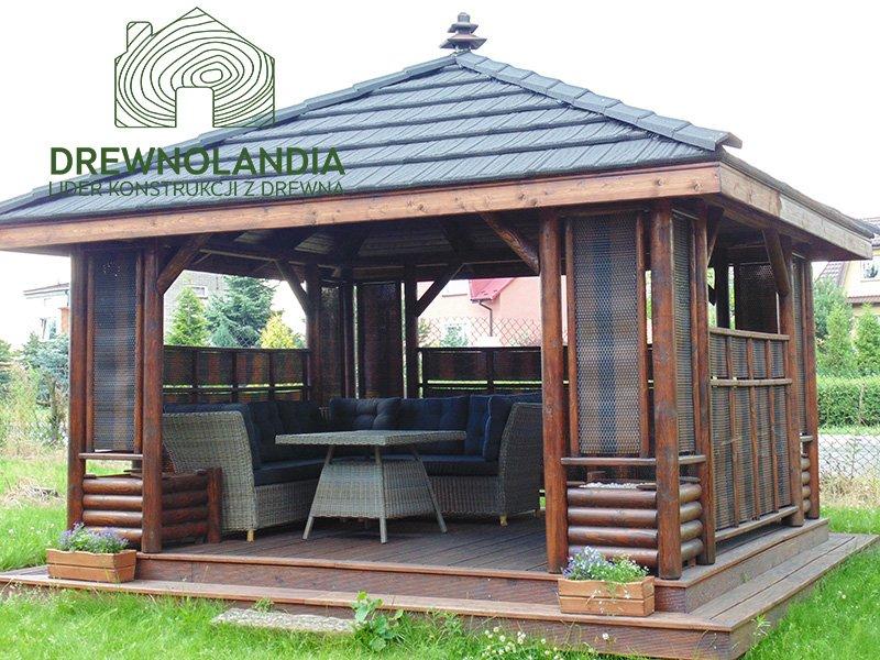 altana ogrodowa z kanapą i krzesłami wewnątrz