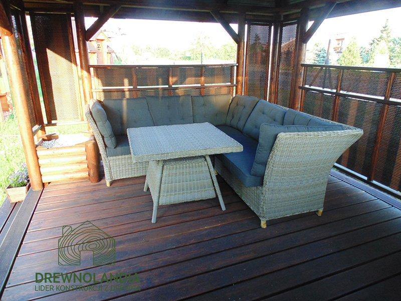altana ogrodowa ze stolikiem i kanapą