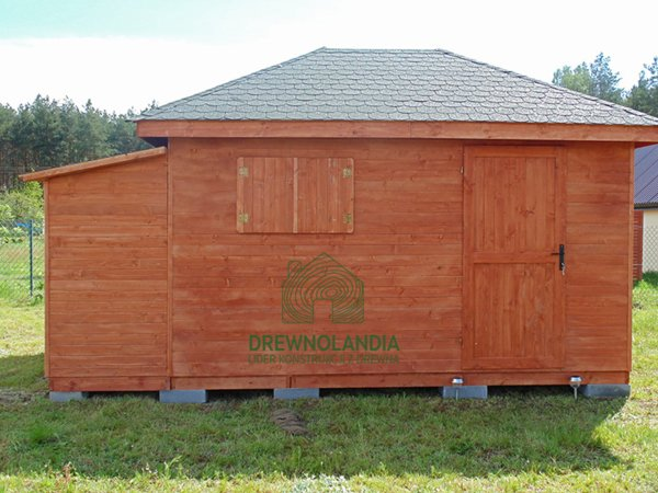 mały domek letniskowy na trawie z dachem ciemnym