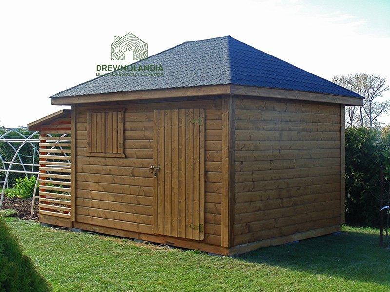 brązowa drewutnia z niebieskim dachem na trawie