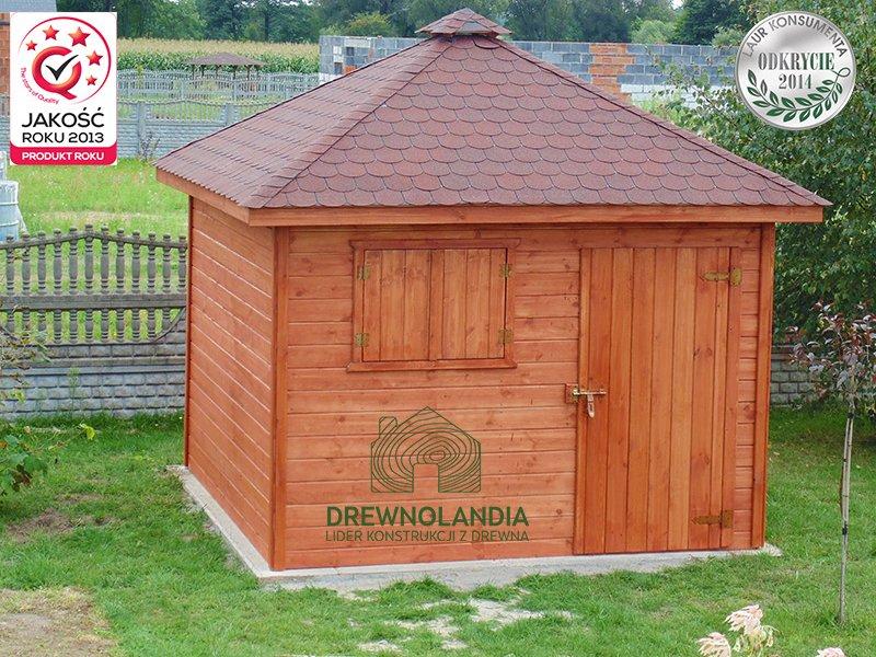 drewutnia z bordowym dachem stojąca przy płocie