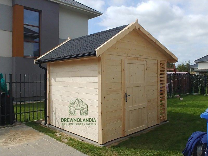 Drewniany domek na kosiarke