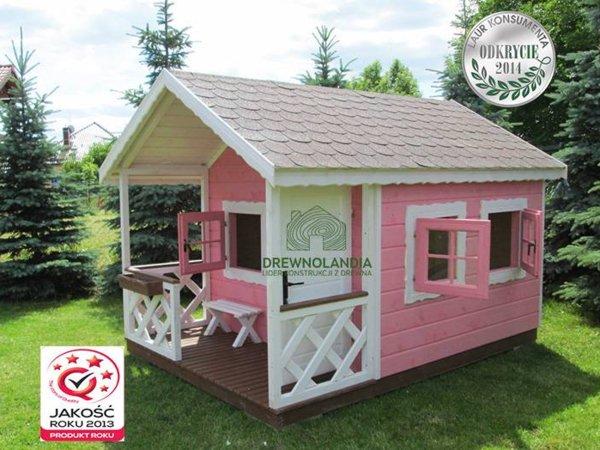 biało różowy domek letniskowy z małym tarasem