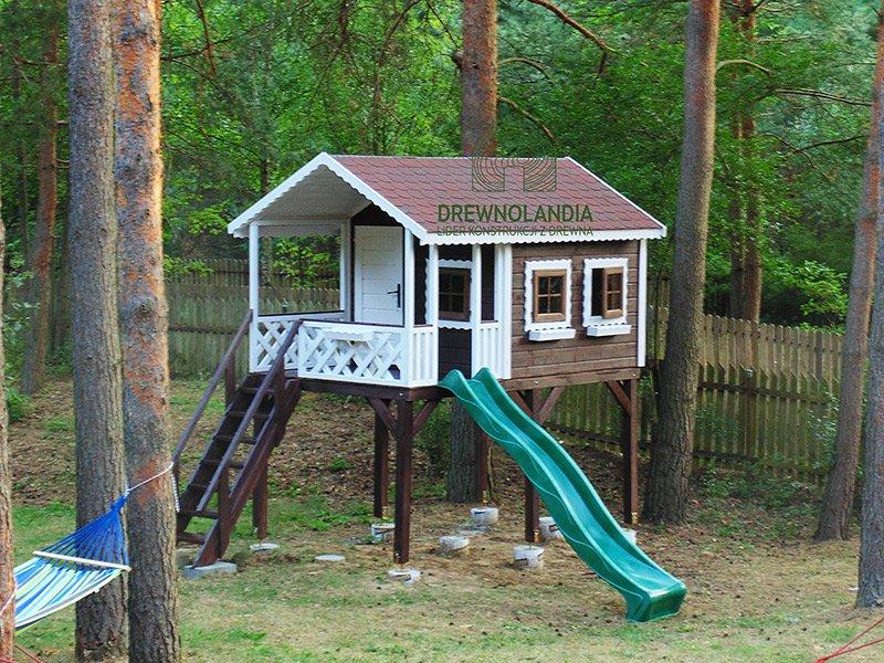 mały domek letniskowy dla dzieci ze zjeżdżalnią