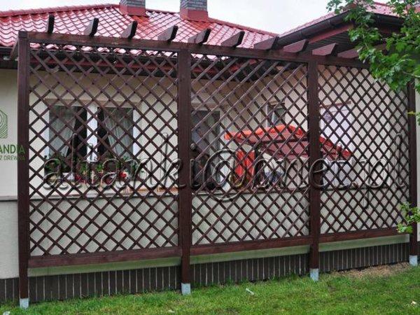 pergola stojąca przy domu na trawie