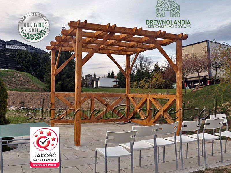 altana ogrodowa na kostce brukowej z krzesłami przed nią