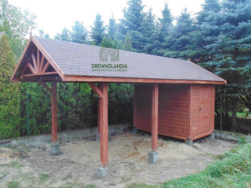 budowa brązowego domku letniskowego z ciemnym dachem
