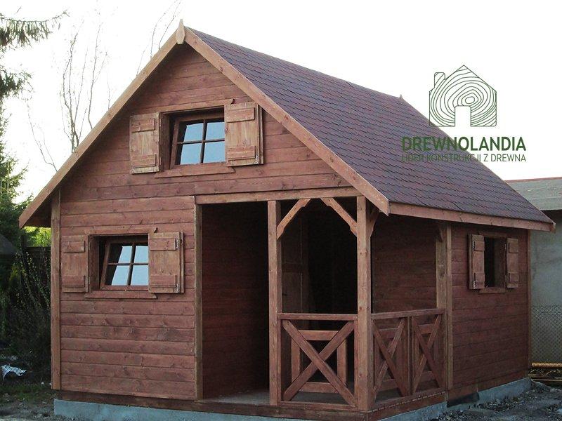 Domek z drewna pomalowany z gontem