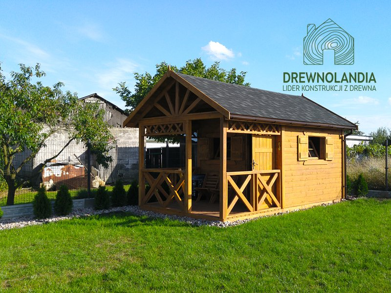 mały domek na trawie z dachem ciemnym i małym tarasem