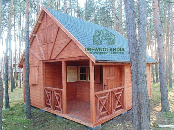 domek z tarasem w lesie