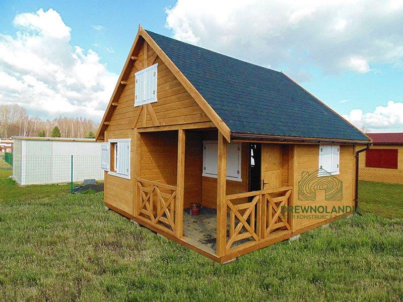 drewniany domek z białymi okiennicami i brązowymi drzwiami