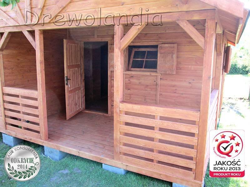 wejście do domku drewnianego