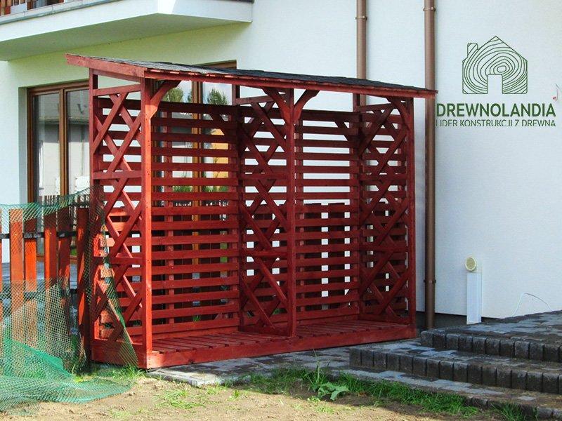 pergola czerwona przy białym domku