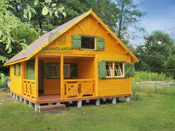 żółty piętrowy domek letniskowy stojący na trawie