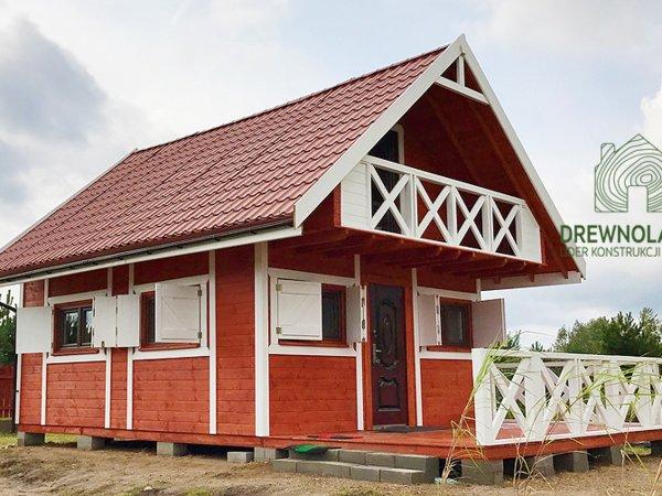 białoczerwony domek letniskowy z balkonem i tarasem