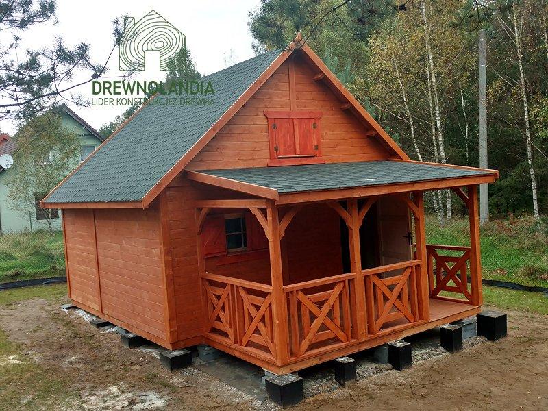 brązowy piętrowy domek letniskowy z altaną