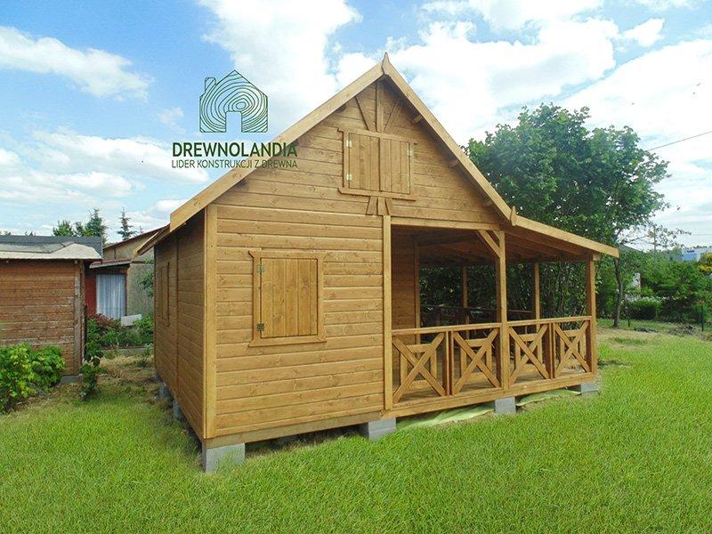 jasny domek drewniany na jasnej zielonej trawce