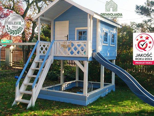 mały domek letniskowy ze zjeżdżalnią dla dzieci