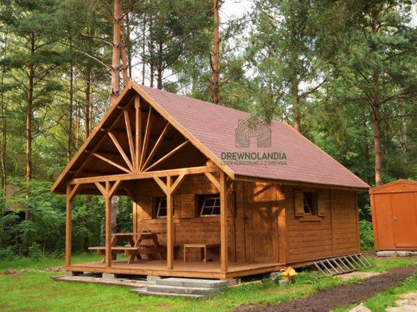 domek letniskowy z tarasem stojący w lesie
