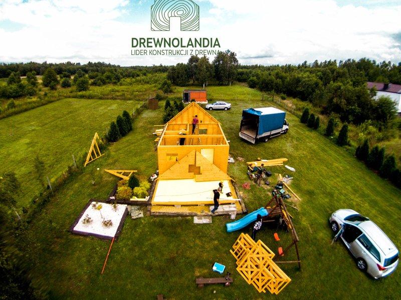 budowa żółtego domku letniskowego na trawie