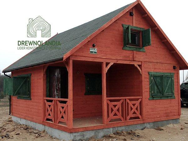 otwarte zielone okiennice i czerwony domek
