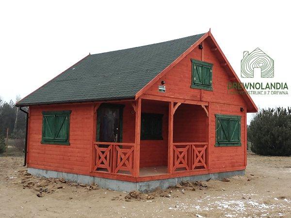pomarańczowy domek drewniany