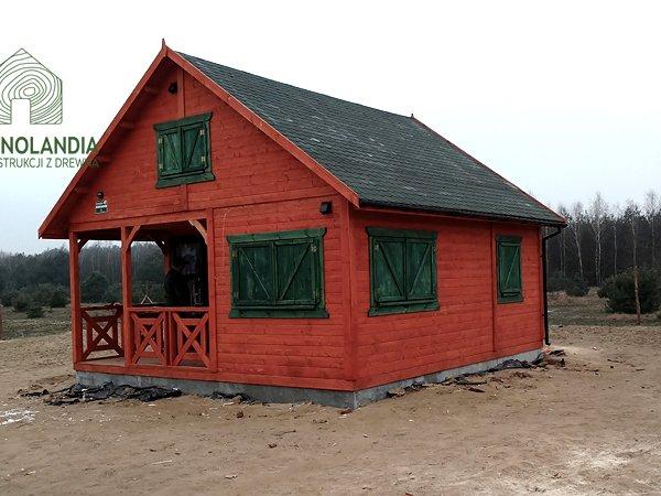 czerwony domek drewniany z zielonymi okiennicami