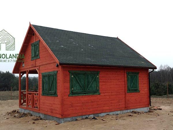 czerwony domek drewniany z zielonym dachem