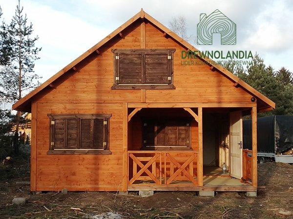 drewniany domek z otwartm wejściem