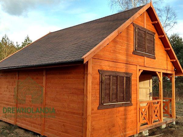 rudy drewniany domek