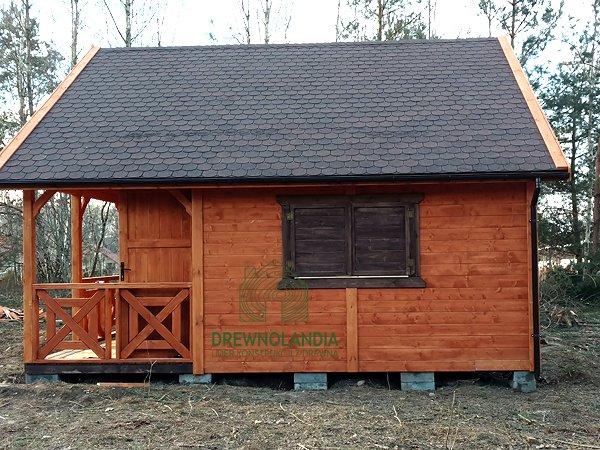 domek drewniany z ciemnymi drewnianymi okiennicami