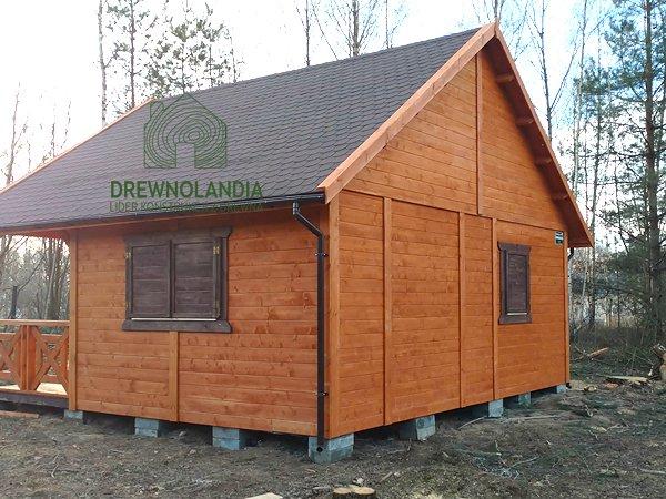 drewniany domek z rynną