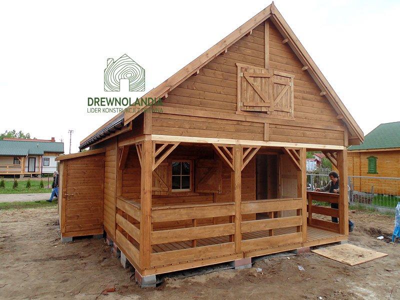 jasno brązowy domek drewniany