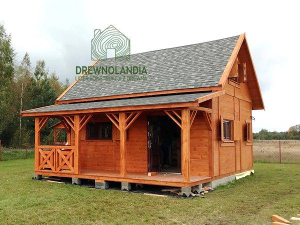 drewniany domek z krótką werandą