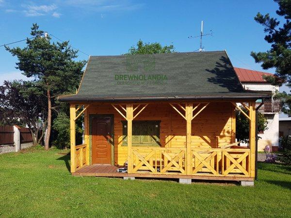 domek drewniany ze skośnym dachem