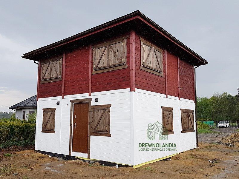 dom drewniany łukasz z dachem kopertowym