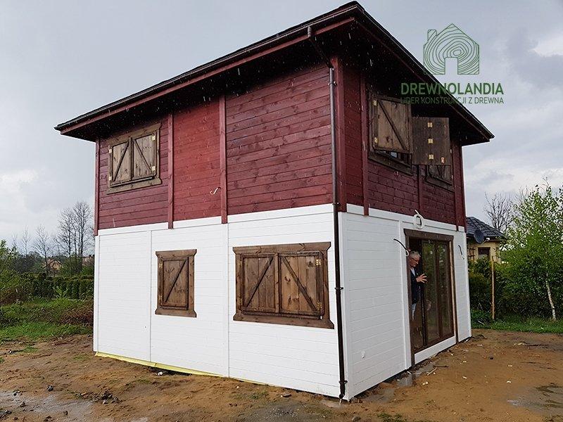 Drewnoladnia domek z dachem kopertowym