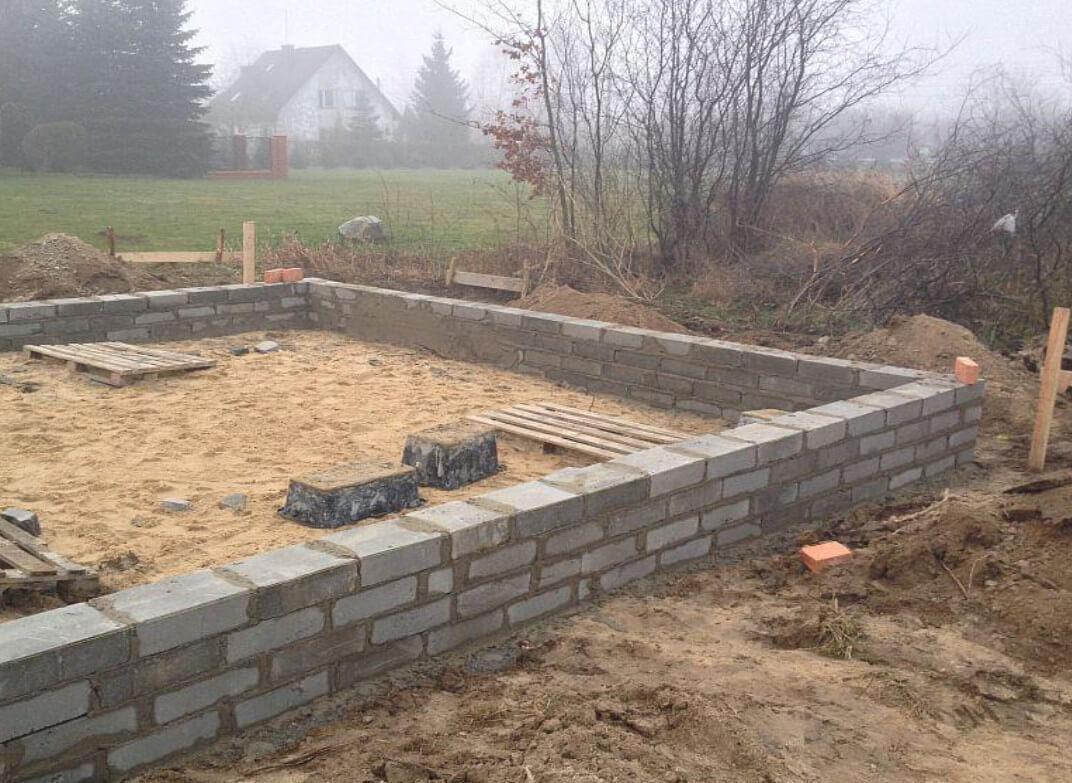 wznoszenie ścian fundamentu